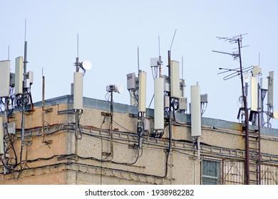 Auf dem Dach des Gebäudes sind mobile Kommunikationseinrichtungen installiert.