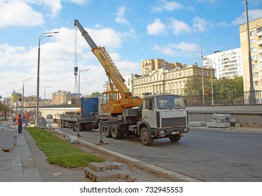 Mobile crane operating by lifting and moving an heavy cargo for road construction