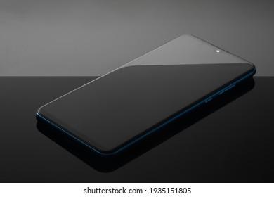 Drahtlose Mobilfunk-Kommunikationstechnologie und Geschäftsbüro-Konzept für Mobilität - Smartphone auf schwarzem Hintergrund