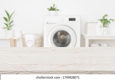 Mock up for Design leerer Holztische im Waschraum