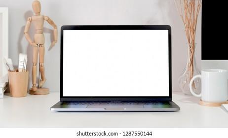 Mockup laptop on ofiice workspace