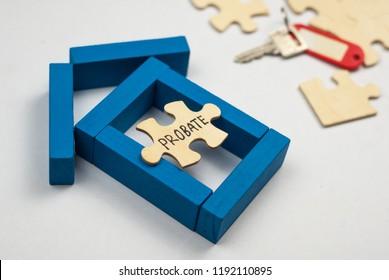 Modellhaus aus Holzblock und Holzpuzzle mit Textbezug auf weißem Hintergrund. Immobilien- und Hypothekenkonzept.