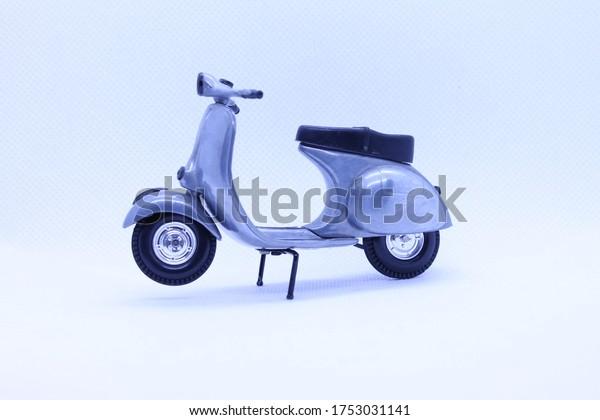 model-scooter-silver-black-600w-17530311