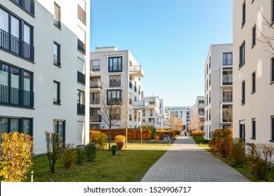 Moderne Wohngebäude in grüner Wohngegend in der Stadt