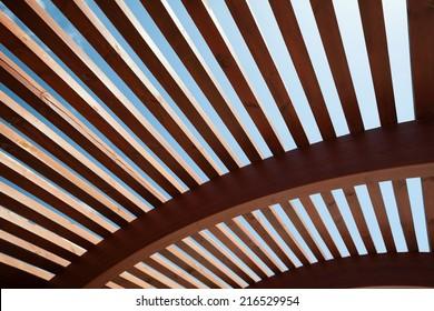 Moderner Bau von Holzlatten mit halb rundem, offenem Design