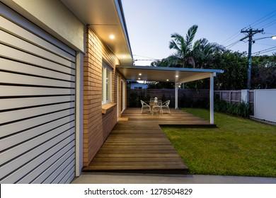 Modernes australisches Zuhause in der Dämmerung