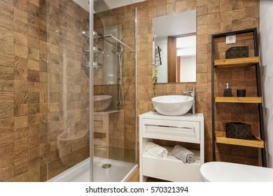 Modernes Badezimmer mit braunen Fliesen