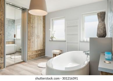 Modernes Badezimmer mit separater Badewanne