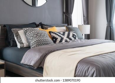 modernes Schlafzimmer mit Kopfkissen auf dem Bett, Dekoration der Inneneinrichtung