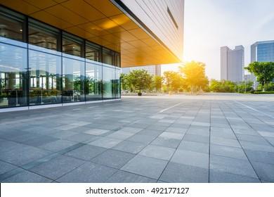 modernes Gebäude und leerer Bürgersteig, Porzellan.