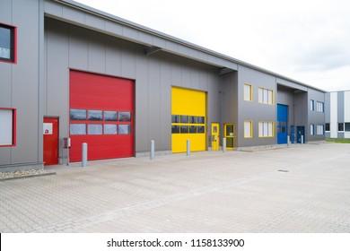 moderne Geschäftseinheiten mit roten und gelben Ladetüren
