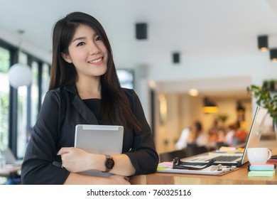 modern business woman arms crossed and smiling in office, business concept