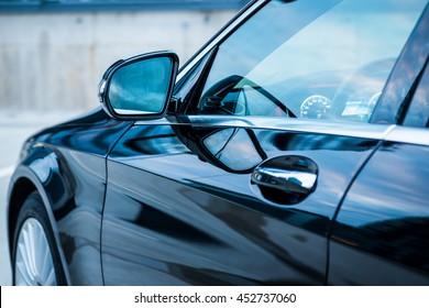 Moderne Autoaußenwagen. Fahrertür, Spiegel, Dashboard