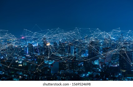 Moderne Stadt mit drahtlosem Netzwerk und Stadtbild.Wireless Netzwerk und Connection Technologie Konzept mit Stadthintergrund bei Nacht.