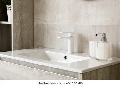 modernes und sauberes Badezimmer, Waschbecken und Pflegeprodukte