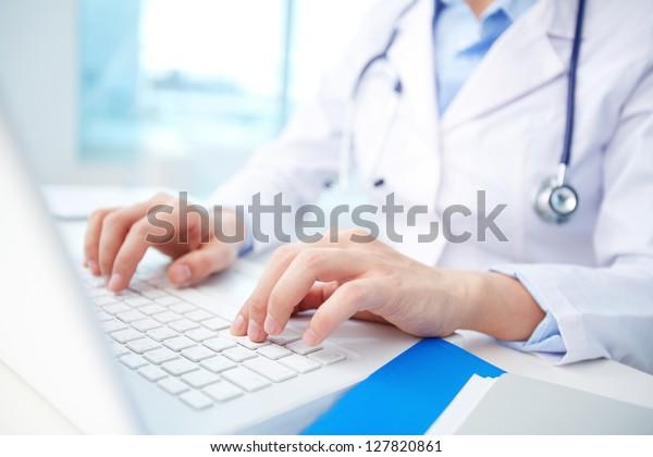 Moderner Kliniker bringt Diagnostik in eine Online-Datenbank ein