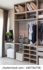 moderner Kleiderschrank mit Geländer, weißer Holzschrank, Design-Konzept der Inneneinrichtung