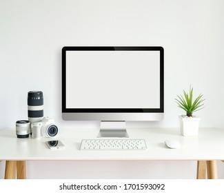 moderner Computerbildschirm auf weißem Schreibtisch mit leerem Bildschirm