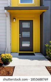 Moderner Condo-Eingang mit gelbem Trimm