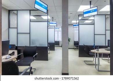 Modernes Büro mit Glaspaneelen, Büromöbeln und digitalen Displays. Bürogebäude