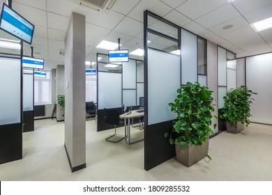 Modernes Büro mit hohen schwarz-weißen Glasplatten und digitalen Beschilderungen. Neue Vertriebsniederlassung