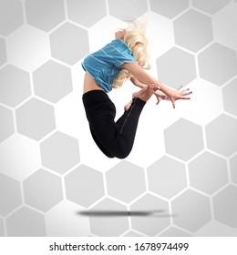 Danseuse moderne jouant. Femme dansant et sautant