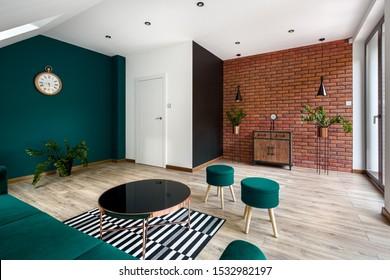 Modernes Wohnzimmer mit Ziegelwand und fantastischer smaragdgrüner Wand und Möbeln