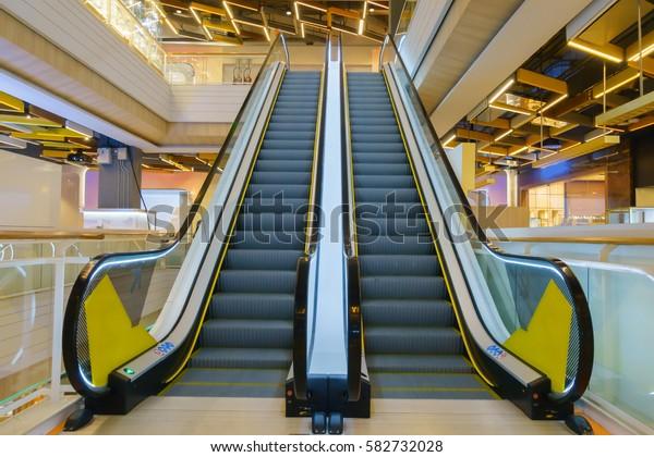 Photo de stock de Escalier moderne à double escalator dans ...