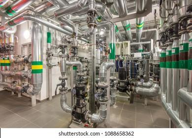Moderne Anlagen für Heizung. Rohrleitungen, Umwälzpumpen, Ventile, Manometer