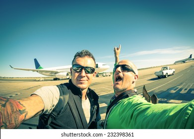 Modern hipster young friends taking a selfie at international airport - Adventure travel lifestyle enjoying moment and sharing happiness - Trip together around the world as alternative lifestyle