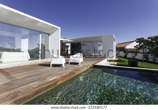 Maison Moderne Avec Piscine De Jardin Photo De Stock Modifier