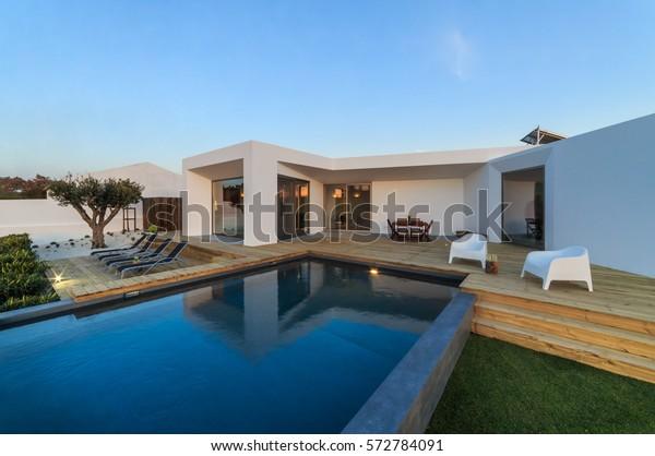 Foto De Stock Sobre Casa Moderna Con Piscina Y Terraza