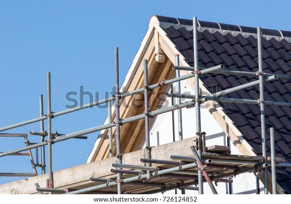 Moderne Dachkonstruktion mit Gerüst-Polplattform. Neubau des Hauses.
