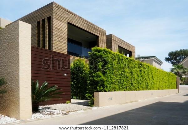 Moderne Häuser mit grüner Pflanzenwand. Echte Ökoarchitektur