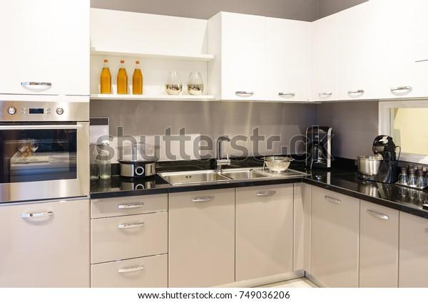 Mobilier De Cuisine Moderne Avec Ustensiles Photo De Stock