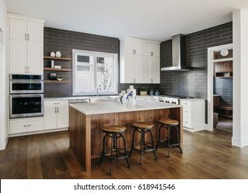 Moderne Küche mit Licht aus.