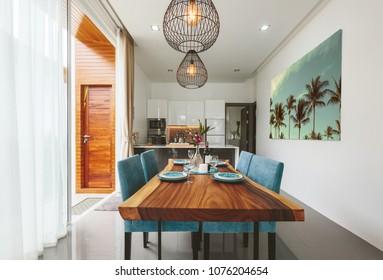 Moderne Küche und Wohnzimmer im Inneren der Luxusvilla