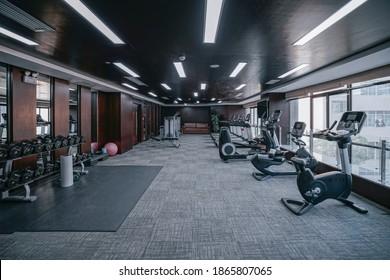 Moderner Fitnessraum. Sportgeräte im Fitnessraum. Grillen mit unterschiedlichem Gewicht auf dem Rack.