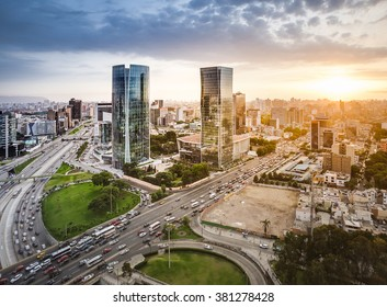 Vista panorámica moderna de Lima al atardecer.