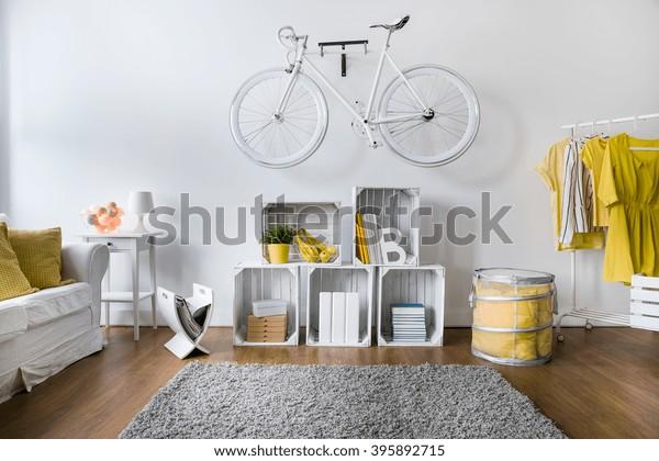 Phòng khách hiện đại với màu trắng phong cách xe đạp treo trên tường