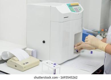 modernes medizinisches Laboratorium mit Testanalysatoren.Bluttestausrüstung