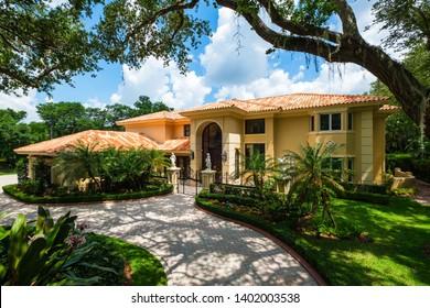 Maison de luxe à l'architecture méditerranéenne moderne située à Miami.