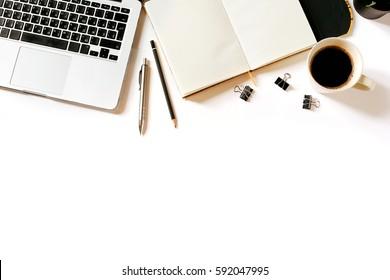Moderner minimalistischer Arbeitsplatz. Weißer Schreibtisch mit Laptop, Kaffeetasse, Clips, Notebook, Stift und Bleistift. Draufsicht mit Kopienraum, flacher Hintergrund