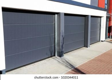 Moderne neue Garagentür (Sektionstür)