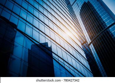 Modernes Bürogebäude auf blauem Himmel