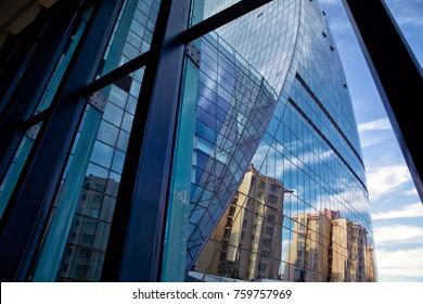 Modernes Bürogebäude Details, Glasflächen Wolken Reflektiert in Windows des modernen Bürogebäudes.