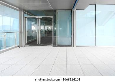Ein modernes Bürogebäude mit Glastüren und Fenstern