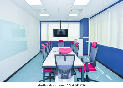 Modern Office Furniture and Colorful Interior Decorating
