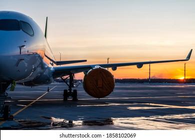 Moderne Passagierflugzeuge vor dem Flughafen vor dem Hintergrund eines malerischen Sonnenuntergangs
