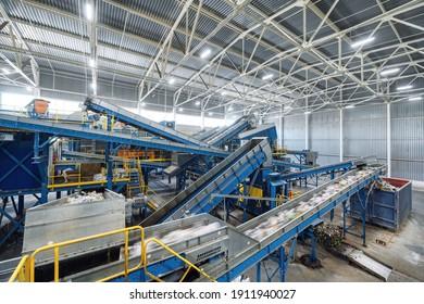 Eine moderne Anlage zum Sortieren und Recycling von Haushaltsabfällen und -abfällen. Grosser Industriekomplex aus Förderern, Bunkern.